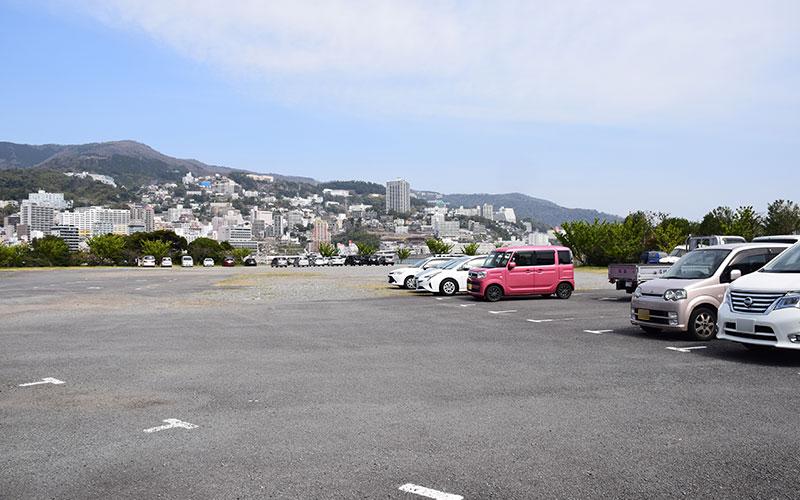 熱海港海釣り施設、駐車場の写真