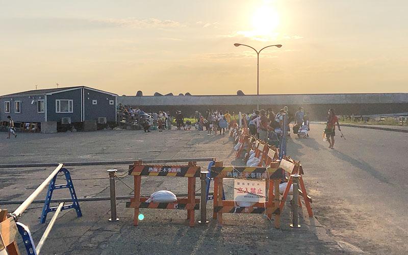 行列ができている熱海港海釣り施設